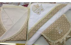 Arrullo, cambiador bebé y capa de baño bebé hecho con tela de piqué https://www.berguno.es/producto/tela-pique-nido-abeja-marron-lunar-blanco/