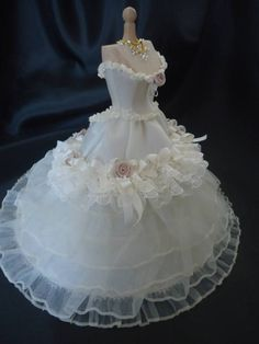 Beautiful Victorian weddinggown 1/12th scale.