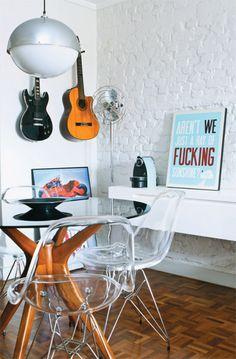 Luminária de teto: brechó Galpão 1416 (sem preço). Ventilador de chão: o modelo cromado W30C tem 1,60 m de altura e 33 cm de diâmetro. Gerbar, R$ 1178. Mesa: chamada Gávea, base de madeira maciça e tampo de vidro preto Tok Stok, R$ 1 535. Cadeiras transparentes - têm assento de acrílico e pés de aço inox. City Design, R$ 420 cada. Cafeteira azul: expresso manual, modelo Slate C 90, da Nespresso. Fast Shop, 10 x R$ 59. Pôster: artista Elisa Sassi o quadro San Francisco, Urban Arts.