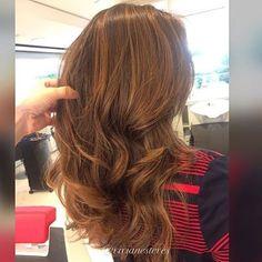 Pra você que é morena, quer iluminar sem ficar loira, sem descolorir e portanto sem ressecar!! Um cabelo iluminado elegante e com muito brilho! Tonalidade DOCE DE LEITE #workvivian #mghair #mghairdesing #morenailuminada #luzes #cor #coloracao #hair #hairstylist #instahair #job #jobequipevivian