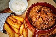 Van Culy-lezer Rikvan de blog Puur Etenkregen we dit zalige recept voor een Vlaamse stoverij, ofwel ons oude vertrouwde draadjesvlees. Maak het vlees schoon; verwijder waar nodig de vliesjes. Snijd de stukken vlees in grote stukken. Snipper de uien en hak de knoflook fijn. Verhit in een grote braadpan een scheut olijfolie met een klont …