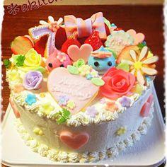 今日は仲良しカレンの誕生日♡ 去年はキャラザッハトルテをプレゼントしました♪ 今年のリクエストはキャラはほっぺちゃんで、いちごのケーキでした☆ HappyBirthdayプレート、7、カレンちゃん、デイジーはアイシングクッキーで♡ ほっぺちゃん、リボン、バラ、散りばめられた花はシュガークラフト♡ ハートはプラチョコです(´▽`) 我が家には女の子がいないから、女子力upケーキは時間めっちゃかかったけど作ってて楽しかった〜(。≧з≦)ノ - 176件のもぐもぐ - ❤てんこ盛りいちごケーキ❤ by あき