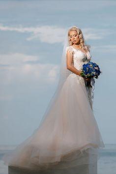 Salutare! Eu sunt Mihai Roman, Povestitorul de nunti, iar daca te inspira aceasta imagine, te invit sa o salvezi intr-unul dintre panourile tale #wedding, #buchetdemireasa, #ideinunta, #nunta #flowers, #mireasa, #weddingbouquet, #voalmireasa, #ideibuchetmireasa #cununiecivila, #savethedate, #ideisedintafoto, #fotografnunta #ideirochiemireasa #weddingdress