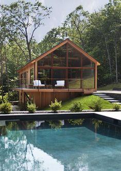 Immerso nella natura, Hudson Woods è un complesso residenziale poco distante da New York dove ogni villa è caratterizzata da una parete totalmente in vetro che genera un effetto immersione nel bosco circostante