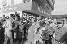 Erinnerungen an 50 Jahre Formel 1 in Spielberg: Sieger Alan Jones (AUS) nimmt einen Schluck aus der Sektflasche. (Bild: Schaadfoto/WEREK)