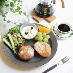 緑が美しい朝食の食卓。 統一感があります。 フレッシュな朝にはぴったりなテーブルコーディネイトですね。 その時々の気分に合せて、コーヒーカップを変えるのもいいかも。
