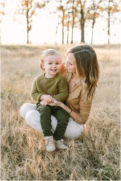 Family Picture Outfit Ideas- Photography by Hannah Haston Photography Sacred 6 Month Baby Picture Ideas, Family Photos With Baby, Outdoor Family Photos, Fall Family Pictures, Family Picture Poses, Family Picture Outfits, Family Posing, Family Portraits, Family Pics