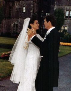 In Ireland August Of 2001 Pierce Bronson Wed Keely Shaye Smith Their Six Tier Wedding Cake Was Modeled After JFKs And Jackie Os