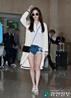 Beige and black long cardi with shorts and white/black undershirt and brown sandals
