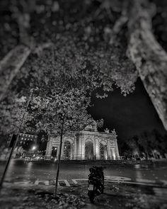 Madrid nocturno... . . . . . . #madrid #places #lugares #people #gente #urbanscenes #escenasurbanas #autumn#otoño #HuaweiMate20Pro @huaweimobileesp #modonoche #wideAngle #granangular #snapseed Madrid, Instagram, Nocturne, Places