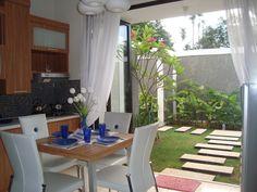 Ruang makan & dapur menyatu dengan bukaan lebar ke halaman belakang.  ^^ i love it, i want it ^^