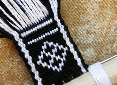 Tutorial Warp Substitution 2019 Tutorial Warp Substitution Backstrap Weaving The post Tutorial Warp Substitution 2019 appeared first on Weaving ideas. Inkle Weaving, Inkle Loom, Card Weaving, Tablet Weaving Patterns, Finger Weaving, Types Of Weaving, Viking Knit, Textiles, Crochet Patterns For Beginners