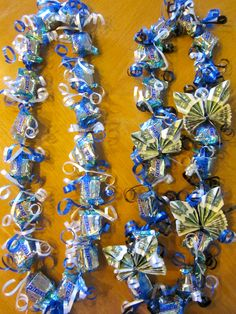 Roy saved to RoySnickers Candy Money Lei - Money Lei, Money Origami, Money Lay For Graduation, Graduation Leis, Candy Lays For Graduation, Graduation Necklace, Homemade Gifts, Diy Gifts, Snickers Candy