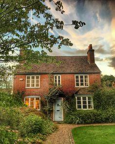 Cette belle maison en briques rouges pourrait être facilement valoriser en rénovant sa toiture.