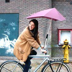 Woman with senz° umbrella holder and senz° original umbrella