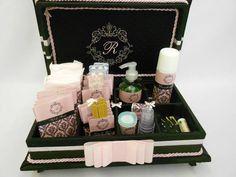 Caixa Kit de toalete com bordado na tampa para festa de casamento ou aniversário. Com produtos e rótulos personalizados inclusos. Temos outras opções de tecidos e fitas. R$ 330,00