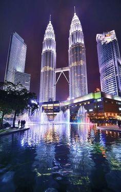 torres petronas impressionam pela sua propiá majestade,com seus 88 andares cada e mais de 450 metros de altura são o simbolo da malásia.