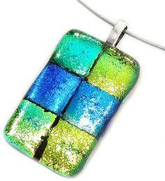Handgemaakte glas hanger van blauw, groen en goudgeel dichroide glas!