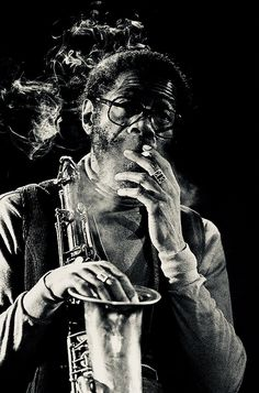 jazz joe henderson (lima ohio † san francisco eminent saxophoniste tenor compositeur collection musicien portrait with their instrument Jazz Artists, Jazz Musicians, Joe Henderson, Jazz Players, Musician Photography, Foto Portrait, New Wave, Jazz Club, Cool Jazz