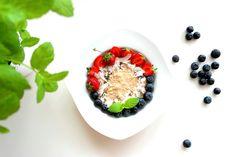 Dziś na śniadanie owsianka z odżywką białkową o smaku kinder bueno, a do tego owoce: truskawki 🍓, borówki oraz płatki kokosa i nasiona chia --> Zapraszam do odwiedzenia mojej strony na fb https://www.facebook.com/eatdrinklook/ ❤ ---> Today for breakfast oatmeal with conditioner protein taste kinder bueno 's and this fruits: strawberries 🍓 blueberries and coconut flakes and chia seeds --> Invited to visit my page on fb https://www.facebook.com/eatdrinklook/ ❤