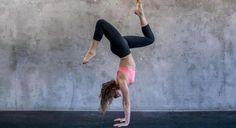 Stanie na rękach to wcale nie bułka z masłem! Wymaga właściwej pracy mięśni ciała i odpowiedniego ustawienia szkieletu. Zobaczcie, jak nauczyć się tej sztuki krok po kroku.