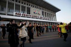 """Nordkorea sorgt immer wieder gern für Skandale - zumindest aus Sicht der restlichen Welt. Anfang Januar nun folgte der Test einer angeblichen Wasserstoffbombe, die sich als """"normale"""" Atombombe herausstellte - schlimm genug!  Wir werfen einen Blick auf den ganz normalen Alltag in Nordkorea. Bilder, wie aus einer anderen Welt...  Menschen tanzen in Pjöngjang"""