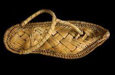 Sandalia de fibras vegetales encontrada en la tumba de Ahhotep (antiguo Egipto). www.shoesforher.eu