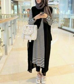 The weather is getting hotter a day after the other, and these hijab casual dresses will make you feel fresh and elegant in this kind of weather! Hijab Casual, Hijab Chic, Islamic Fashion, Muslim Fashion, Modest Fashion, Street Hijab Fashion, Abaya Fashion, Hijab Mode Inspiration, Habits Musulmans