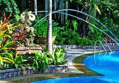บ้านกลางอ่าวบีชรีสอร์ท ที่พักในอำเภอบ้านกรูดบรรยากาศร่มลื่นไปด้วยต้นไม้ มีสระว่ายน้ำ 3 สระ สวยมากๆ