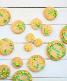 ° ° Mimosa icing cookies :-) ° だーい好きなミモザのアイシングクッキー ⚪︎°。⚪︎° リースタイプは毎年作っているお気に入り❤︎ 今年は色々なクッキーのサイズに、絵を描く様に、ミモザをちりばめました :-) ° °