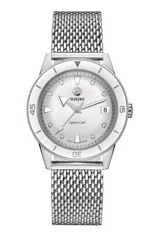 Rado hat mit der HyperChrome Captain Cook an Damen gedacht, die gerne eine sportlich-elegante Uhr tragen.