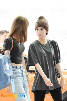 Jisoo and Lisa Airport Photos at Incheon To Paris, July 2019 Kpop Fashion Outfits, Blackpink Fashion, Korean Fashion, Kim Jennie, Yg Entertainment, Airport Photos, Blackpink Jisoo, Love T Shirt, Urban Outfits