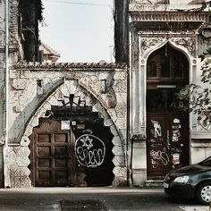 De departe una dintre cele mai interesante porți din Bucureşti, pe b-dul Pache Protopopescu, vizavi de Biserica Greacă. Datează din anii '30, iar aspectul de fortăreață a fost dat de influențele maure ale clădirii, la modă în acea perioadă. My Town, Barcelona Cathedral, Places To Visit, Environment, Houses, Urban, Memories, Doors, Architecture