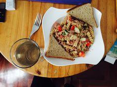 Ensalada con pepinillos tomate pasta y atún con pan integral !!😍
