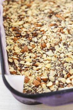 Almond Toffee - super easy homemade almond toffee recipe that is sweet, nutty, and crunchy. The absolute best candy for Christmas holidays. Diy Snacks, Yummy Snacks, Yummy Food, Easy Delicious Recipes, Delicious Desserts, Almond Toffee, Homemade Toffee, Toffee Recipe, Candy Cakes