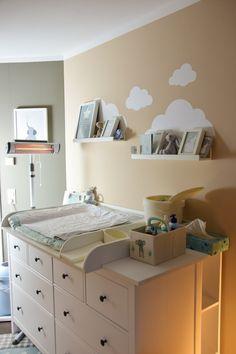 IKEA Hemnes als Wickelkommode mit Wickelaufsatz und Wickelauflage IKEA Hemnes as a changing table wi Baby Bedroom, Baby Boy Rooms, Little Girl Rooms, Baby Room Decor, Ikea Hemnes Chest Of Drawers, Ikea Hemnes Changing Table, Hemnes Ikea Bedroom, Kitchen Ikea, Baby Zimmer