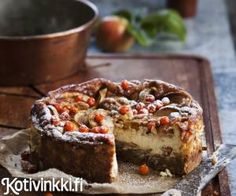 Omenajuustokakku. Korkea juustokakku paistetaan hitaasti. Siten sen täyte ei halkeile. Jos marjat tuntuvat erityisen kitkeriltä, kokeile liottaa niitä suolavedessä. Lisää tällöin 1,5 rkl suolaa 1 litraa vettä kohden. Jätä ne likoamaan 12 tunniksi. Pie, Desserts, Food, Pinkie Pie, Tailgate Desserts, Deserts, Fruit Flan, Essen, Pies