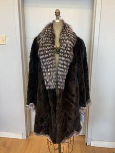 Manteau de castor rasé avec col de fourrure de renard Shearing, Fur Coat, Fox, Jackets, Fashion, Fox Fur, Coats, Down Jackets, Moda