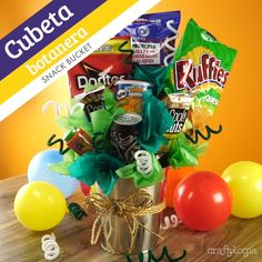 Cubeta Botanera para Regalar When you do not know what to give to dad, your partner or even a friend Bouquet Cadeau, Candy Bouquet Diy, Food Bouquet, Money Bouquet, Gift Bouquet, Sweet Bouquets Candy, Creative Gift Baskets, Candy Gift Baskets, Diy Gift Baskets