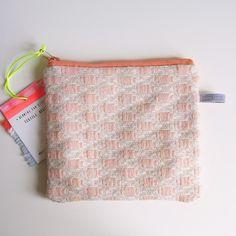 knots — Hermine Van Dijck pouch 2 textiel etui tas zak pastel fluo roze design Belgisch. Winnares Prijs voor Vormgeving Provincie Oost-Vlaanderen. Expo in Design Museum Gent apr-jun 2015.