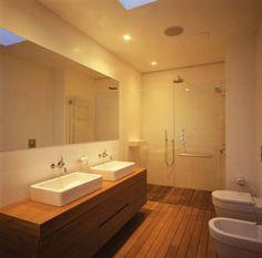 łazienka, drewno w łazience, drewniana podłoga w łazienke, wanna obłożona drewnem,