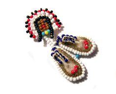Beaded Moccasin Pin Native American by oneredhen on Etsy Seed Bead Earrings, Beaded Earrings, Beaded Jewelry, Beaded Bracelets, Native Beadwork, Native American Beadwork, American Indian Crafts, Seed Bead Crafts, Native American Headdress