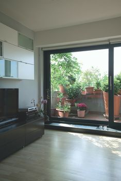 Reynaers aluminium sliding patio doors can transform any room, adding a feature that brings the house to life. Aluminium Windows And Doors, British Home, Sliding Patio Doors, Room, House, Life, Design, Bedroom, Home