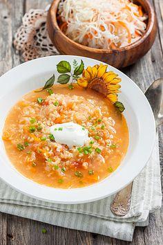 Curry-Sauerkrautsuppe mit Rumpflaumen und Kefir-Topping