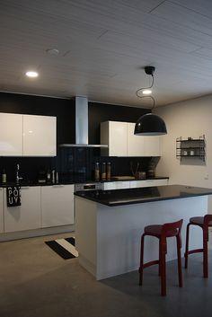 Puustelli keittiö / kök / kitchen. Mustavalko