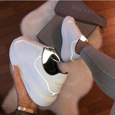 Imagen de zapatos, Alexander McQueen y zapatillas de deporte - Turnschuhe - Sneakers Fashion, Fashion Shoes, Women's Fashion, Luxury Fashion, Chanel Fashion, Nike Fashion, Street Fashion, Fashion Brands, Fashion Ideas