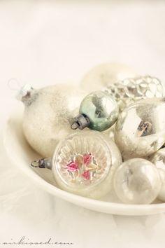 a shabby christmas Noel Christmas, Vintage Christmas Ornaments, Pink Christmas, Christmas Colors, Beautiful Christmas, Winter Christmas, Christmas Displays, Xmas, Magical Christmas