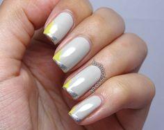 Uñas grises decoradas con líneas plateadas y amarillas en las puntas - Uñas Pasión