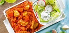 Pilaw z kurczaka podany z sałatą, rzodkiewką i śmietaną Meat, Chicken, Ethnic Recipes, Food, Beef, Meal, Essen, Hoods, Meals