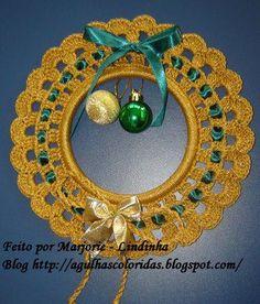 . Crochet Christmas Wreath, Crochet Ornaments, Crochet Snowflakes, Crochet Doilies, Crochet Flowers, Christmas Wreaths, Christmas Decorations, Yarn Crafts, Diy And Crafts